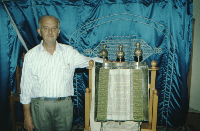 Gerizim, Torah scroll and elder
